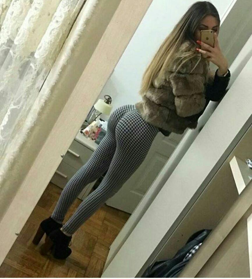 Joli fille avec un énorme cul