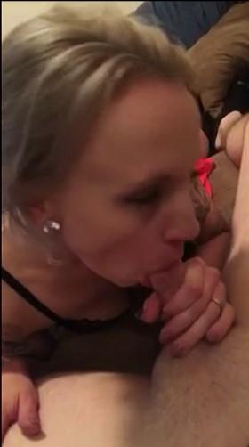 une mature cougar suce une bite