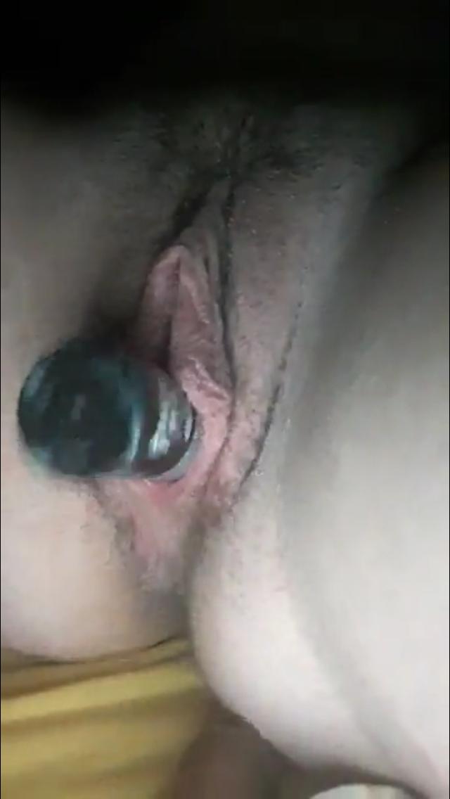 Elle se fourre plusieurs objets dans la chatte video sexe