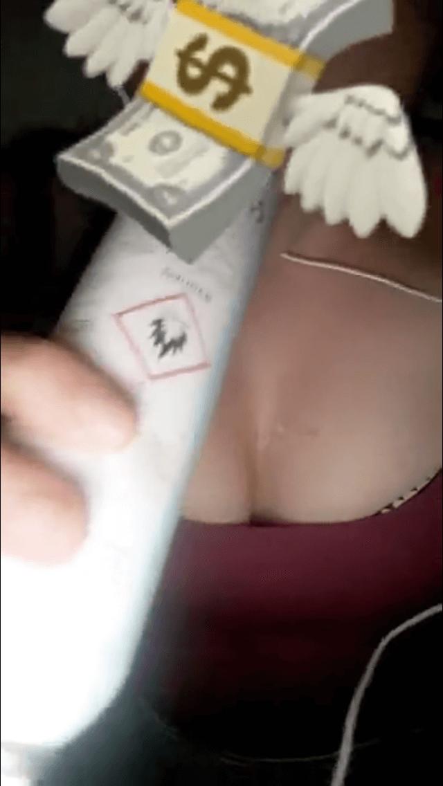 Suceuse de déodorant sans scrupules elle gobe tout
