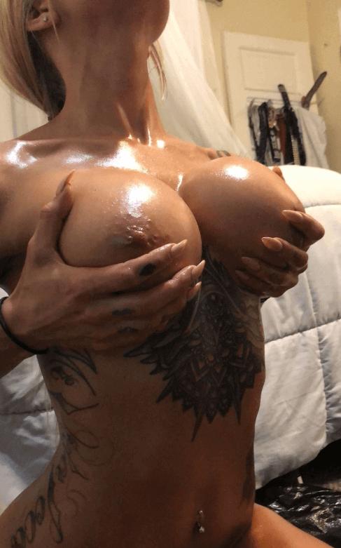 salope tatouée blonde à gros seins sur snap