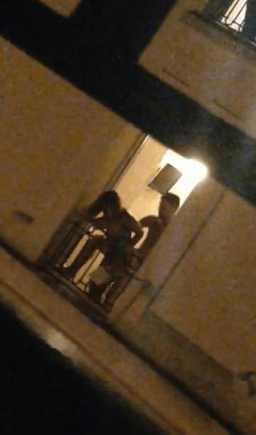 Il filme son pote qui tringle une meuf à la fenêtre de l'hotel