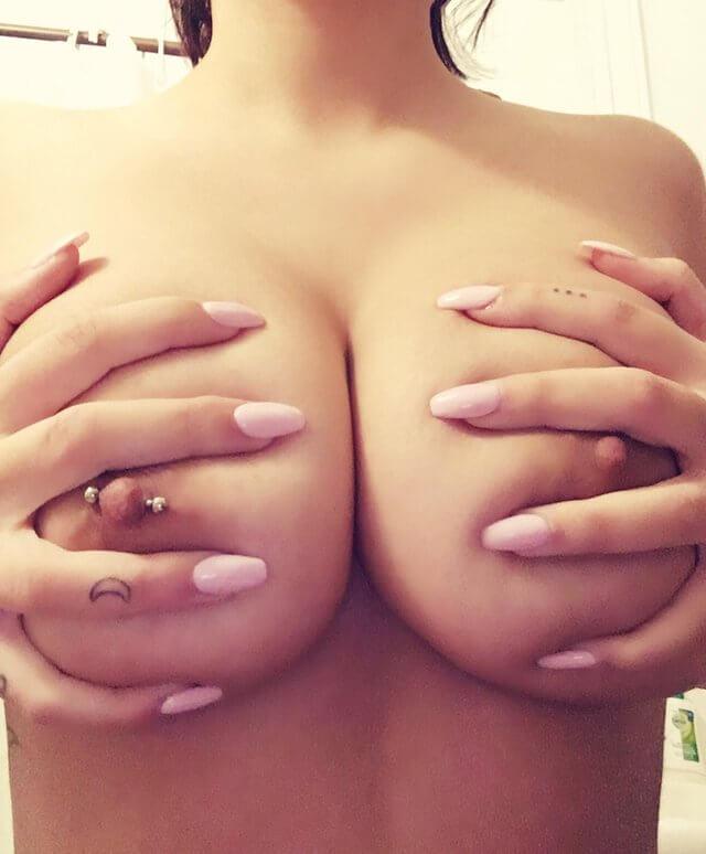 Salope tatouée au gros sein qui partage ses snap sex 🤤