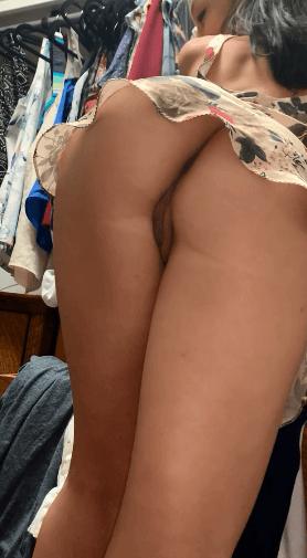 Belle brune adore dévoiler son cul sur snap/ nudes snap