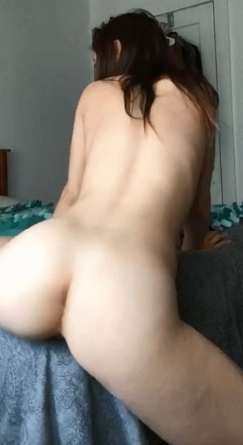 Addicte sexe fait des Va et Viens à son lit