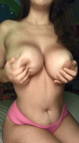 Femme à gros nibards très chaude au réveil