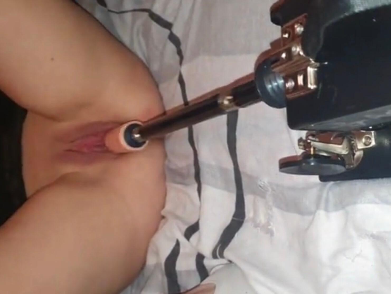 Couple amateur test le gode machine pour exciter sa femme