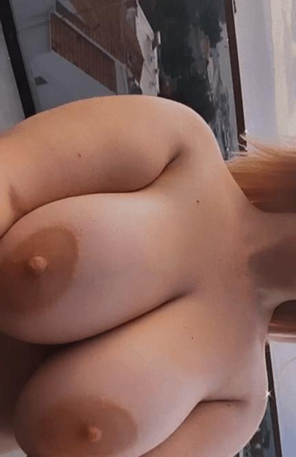 Jeune blonde exhib ses gros seins pour trouver un plan cul