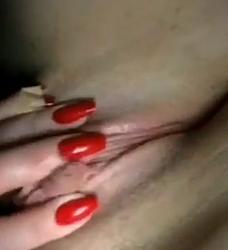 Une nudeuse du site m'envoi des vidéos nudes ou elle se touche